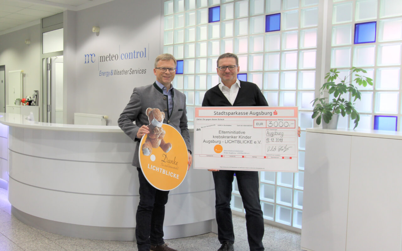 Robert Pfatischer (meteocontrol) presents the donation to Mr. Thomas Kleist (LICHTBLICKE e.V.)