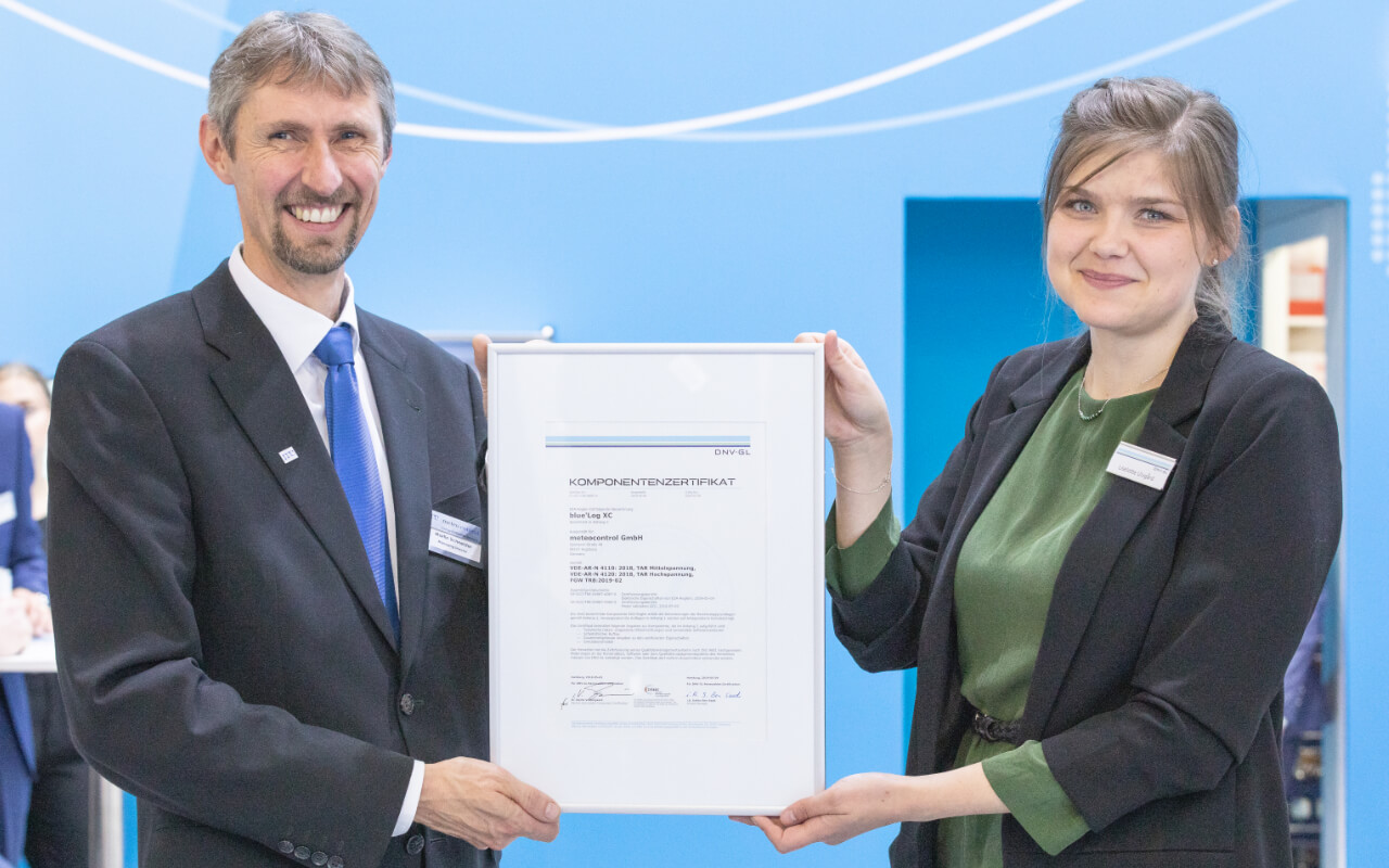 Liselotte Ulvgård (DNV GL – Energy, Renewables Certification) presents the component certificate to Martin Schneider, Managing Director of meteocontrol.