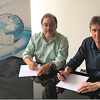 Martin Schneider of meteocontrol (right) and Fernando de la Rosa of Ingetrace Solar (left) establish the joint venture meteocontrol Chile SpA